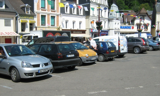 Shops around a car park in bolbec