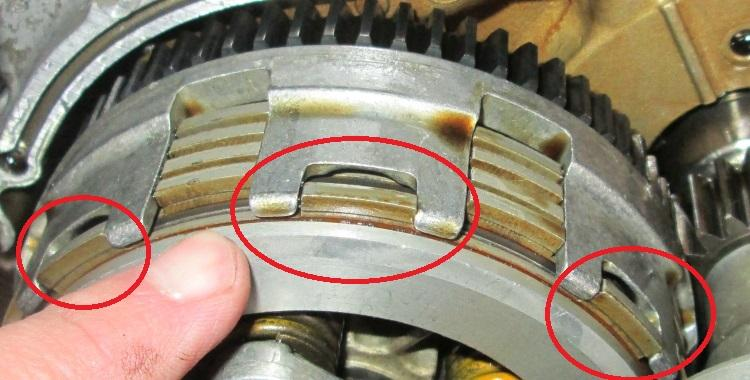 The outermost clutch plate sits in it's own slot in the clutch basket