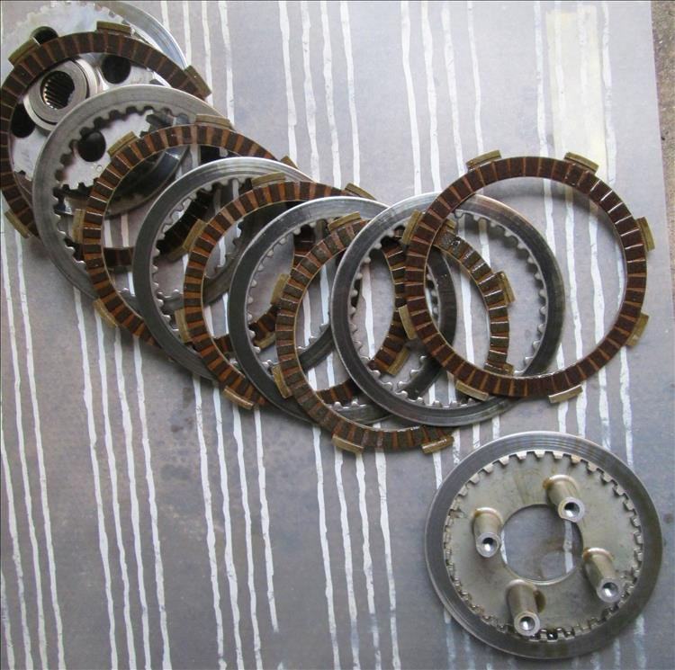 The plates of the clutch in a CBF125 are spread across the image