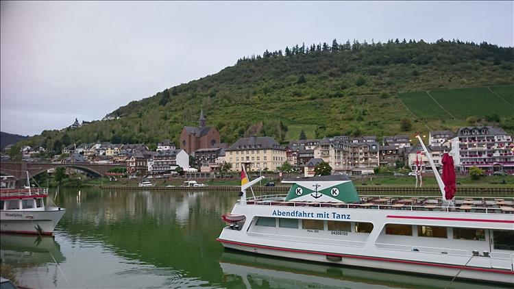 A hill, a broad river, tour boats on the river and German houses all at Cochem
