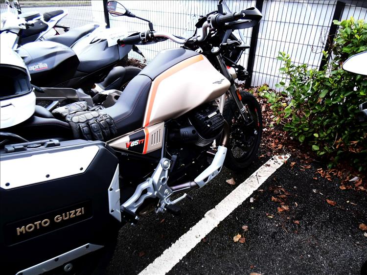 Looking at the side we see the Moto Guzzi branded panniers and the large piston stuck out the side