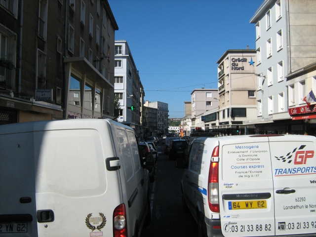 rows of traffic between buildings in boulogen-sur-mer