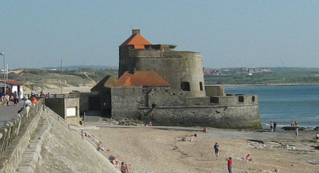 a small castle on the coastline at ambleteuse