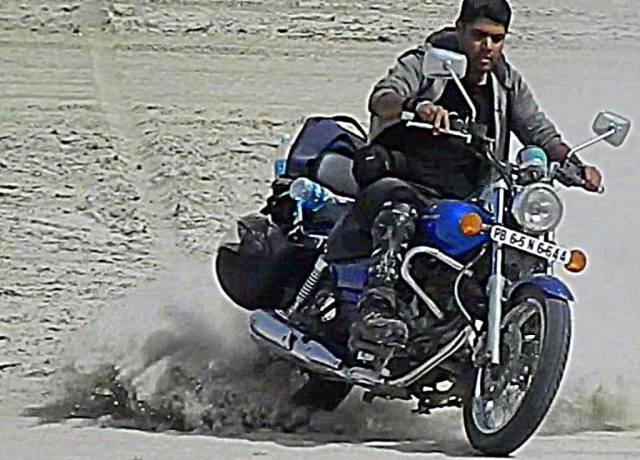 arjun getting his bajaj 220 avenger sideways on the sambhar salt lake india