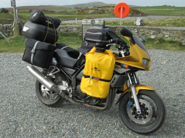 yamaha fzs600 fazer with full luggage