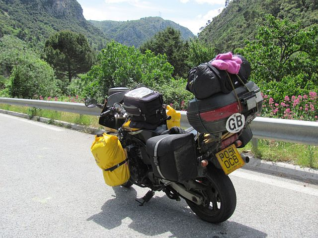 fazer fzs 600 fully loaded surrounded by steep tree covered hills going on into the distance