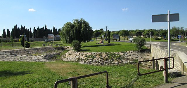 trees and grass and interesting walkways on a sunny park outside of nimes