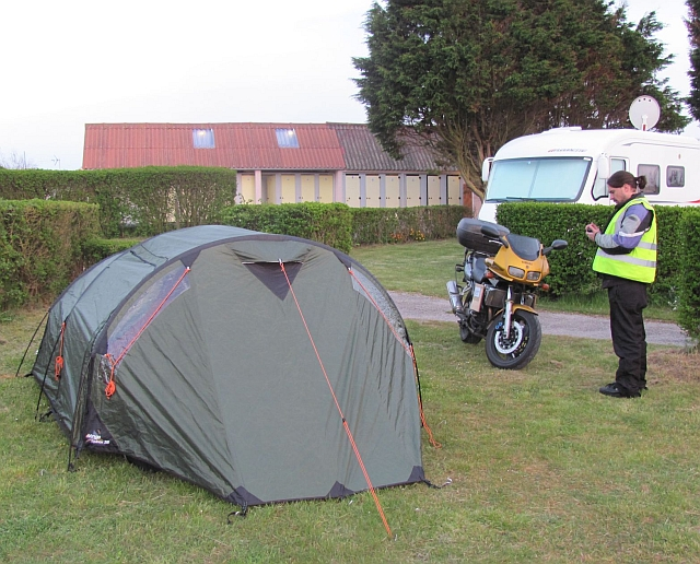 the green tent, the bf and the fazer at the campsite in front of a toilet block