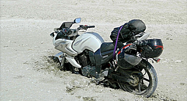 motorcycle stuck in the sambhar lake salt mud