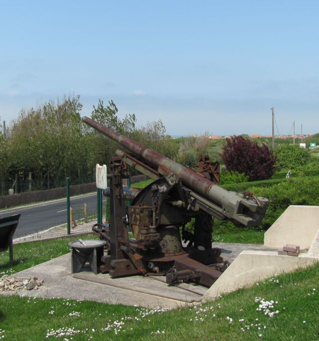 a large piece of artillery outside the museum at ambleteuse