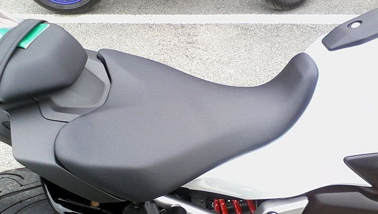 the MT07 seat, a good broad shape but little padding