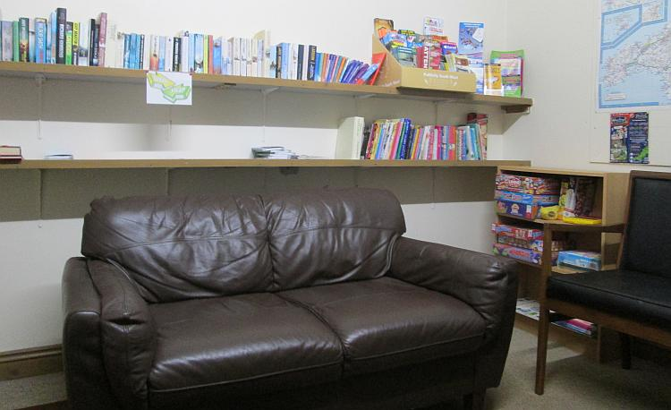 The sette and the books in the lounge at Summer Valley Campsite